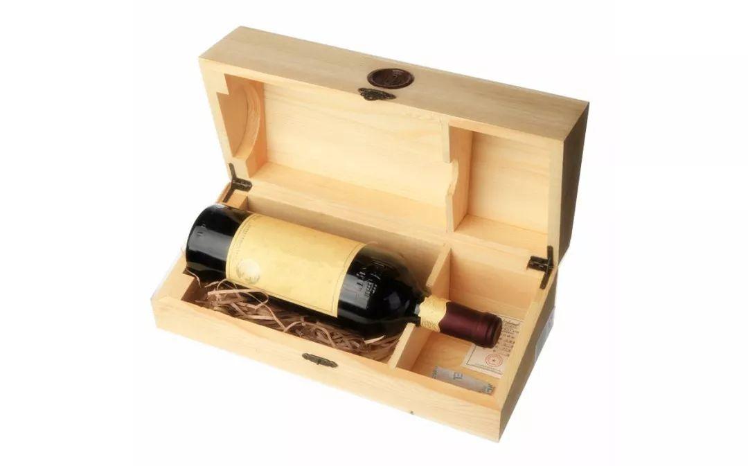 """保鲜膜、牛皮纸、金丝网…葡萄酒瓶穿""""奇装异服""""为哪般?"""